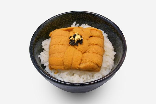 Uni don (uni sur riz) dans un bol noir sur fond blanc