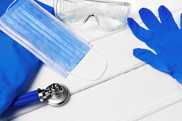 Uniforme de médecins avec masque, stéthoscope et autres outils