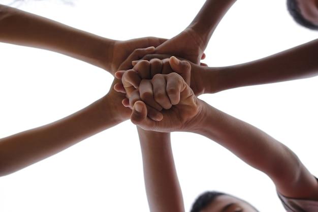 Unir les mains pour unir le concept d'unité.