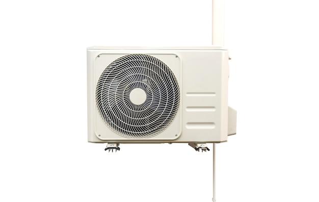 Unité de condensation des systèmes de climatisation isolée sur blanc avec chemin de détourage. unité de condensation installée sur le mur.