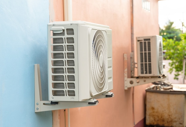 Unité de condensation des systèmes de climatisation. unité de condensation installée sur le mur.