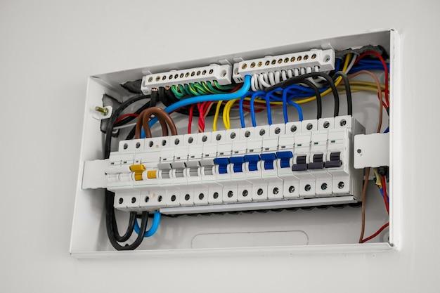 Unité consommateur et disjoncteur installés sur le mur de la maison