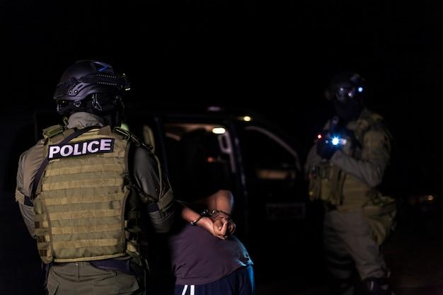 Une unité d'intervention de la police arrête les immigrés clandestins dans les auberges.