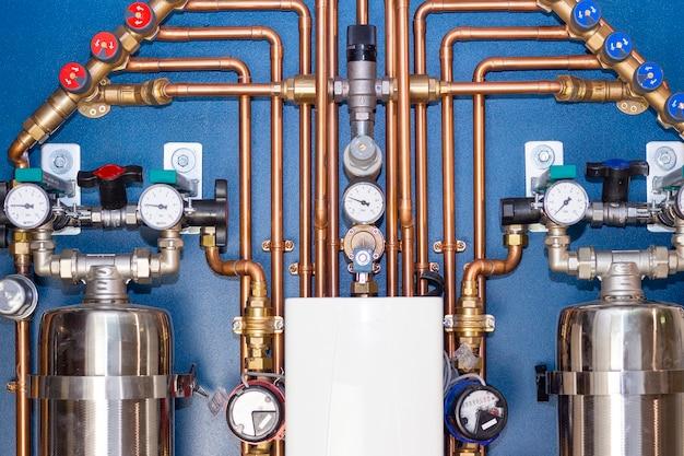 Unité de plomberie pour l'arrivée d'eau dans la maison. tuyauterie en cuivre, filtre profond, système anti-fuite, compteurs, réducteur de pression