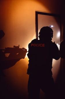 Une unité de police retient l'auteur d'un crime caché dans un immeuble