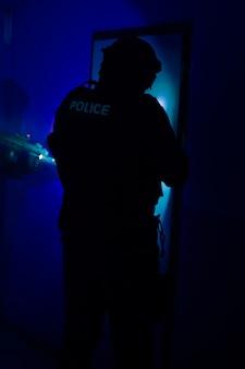 Une unité spéciale de police arrêtant un criminel