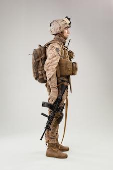 United states marine corps commande des opérations spéciales raider avec arme. prise de vue en studio