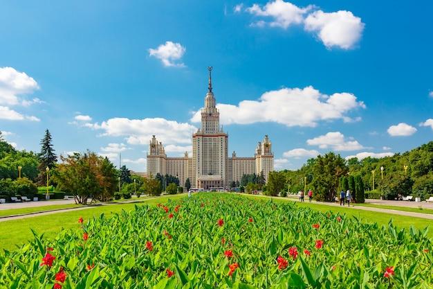 Université d'état de moscou lomonosov (msu) sur sparrow hills contre le ciel bleu avec des nuages blancs