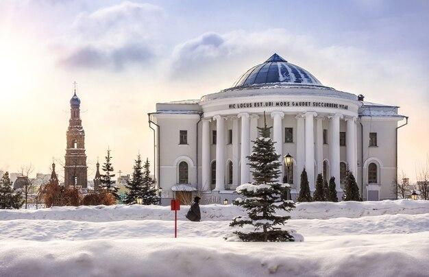Université de médecine et un haut clocher à kazan