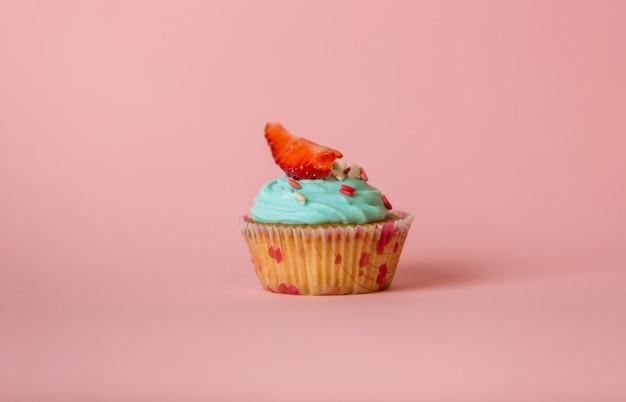 à â¡upcake avec crème au beurre décoré de pépites et fraise fraîche