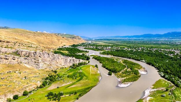 Uplistsikhe sur une rive de la rivière kura, une ancienne ville creusée dans le roc en géorgie