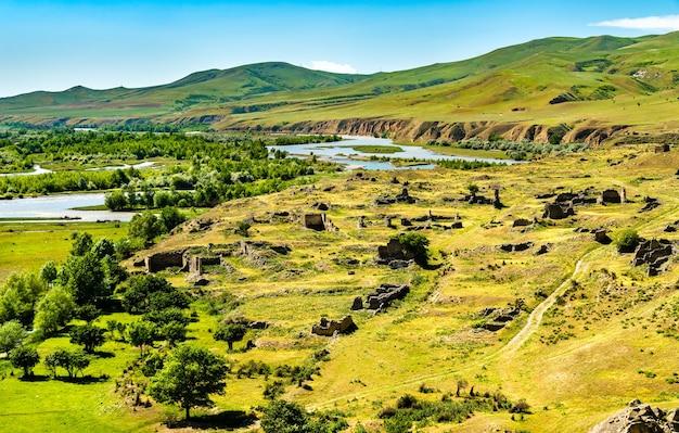 Uplistsikhe sur une rive de la rivière kura, une ancienne ville taillée dans le roc en géorgie
