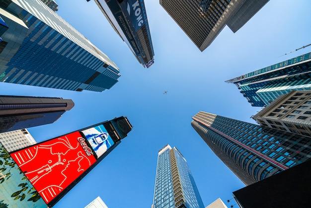 Uprisen angle de divers bâtiments autour du new york time square