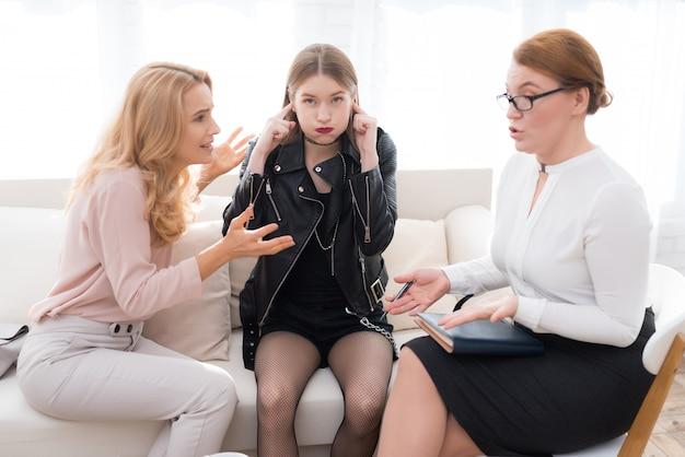 Upset daughter in jacket dans le bureau du psychologue.