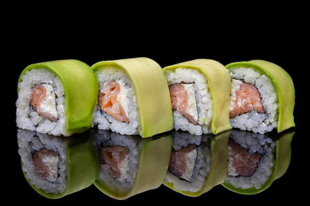 Uramaki sushi au saumon fumé philadelphie recouvert d'avocat