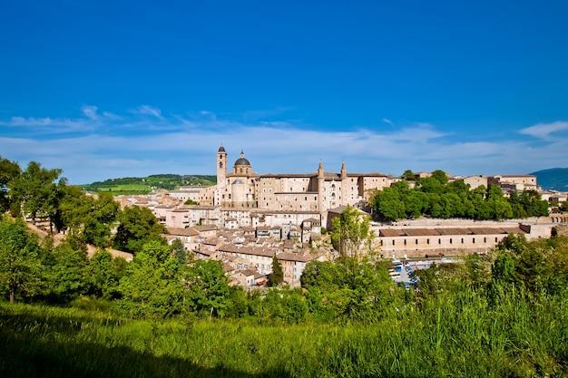 Urbino est une ville fortifiée dans la région des marches en italie, ville médiévale sur la colline