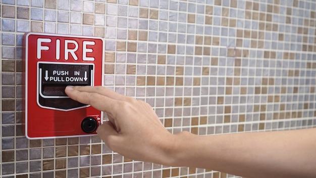 Urgence d'alarme incendie ou d'alerte ou d'équipement d'avertissement de cloche et de main. dans le bâtiment pour la sécurité.