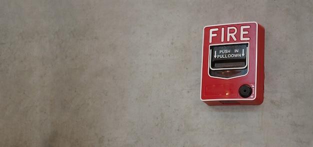 Urgence d'alarme incendie ou équipement d'alerte ou d'avertissement de cloche de couleur rouge dans le bâtiment pour la sécurité.