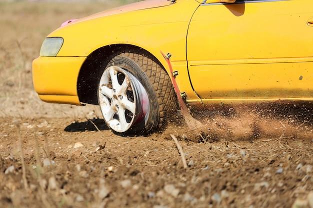 Urgence au volant, éruption de pneu, pneus éclatés
