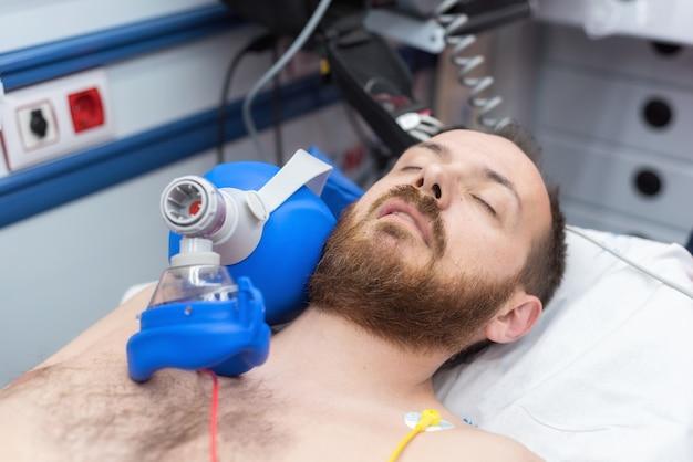 Urgence médicale dans l'ambulance. réanimation cardiopulmonaire à l'aide d'un sac pour masque à valve manuelle