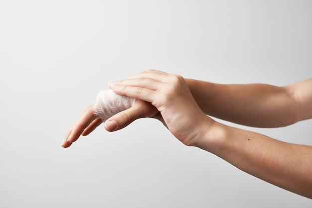 Urgence de traitement de blessure de main de paume bandée