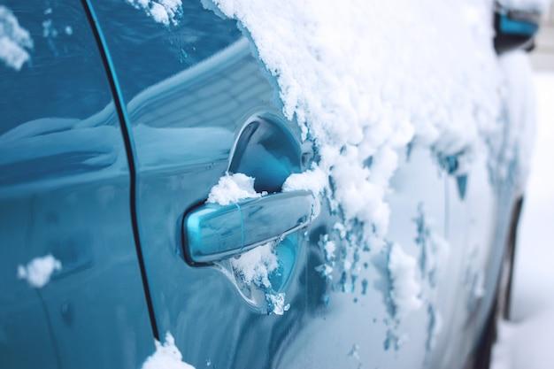 Urgence de voiture en hiver. urgences liées aux véhicules météorologiques