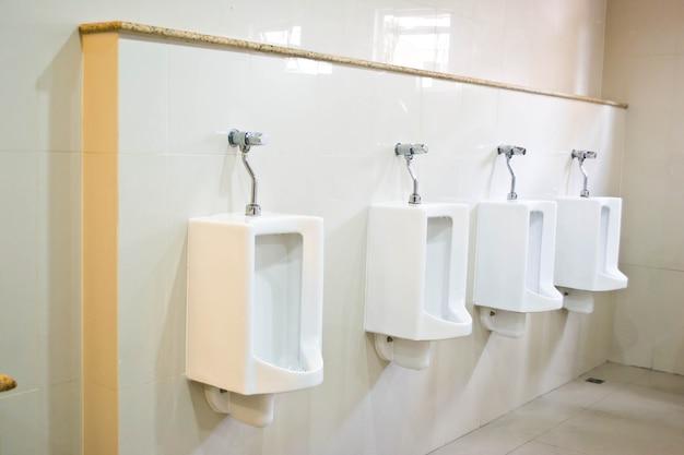 Urinoir dans la salle de bain de l'hôtel