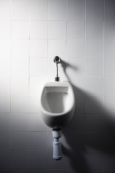 Urinoir dans les toilettes publiques
