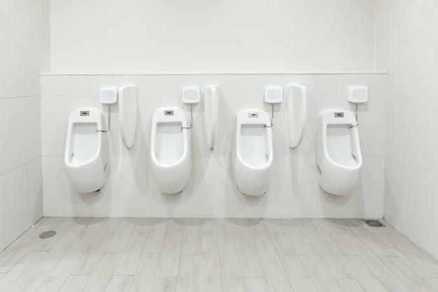 Urinoirs de la chambre des hommes évacuant les déchets du corps