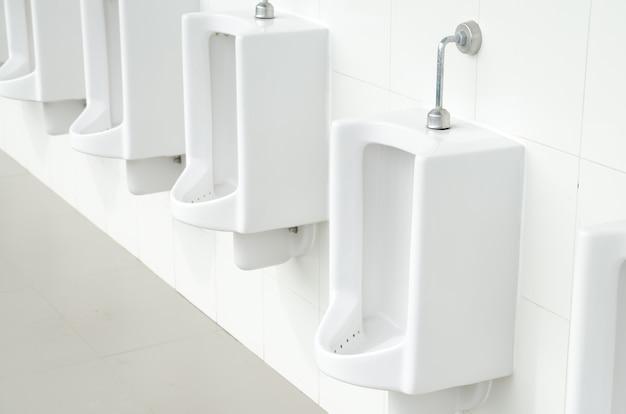 Urinoirs dans une toilette publique, arrière-plan. tonifiant