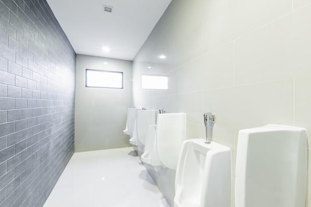Urinoirs de toilettes publiques alignés
