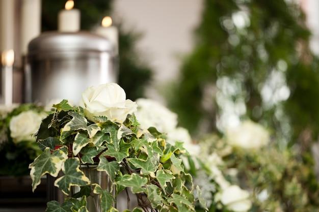 Urne funéraire avec des bougies et des fleurs