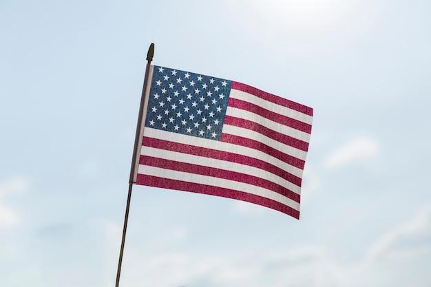 Usa drapeau ondulant dans la brise par temps clair ensoleillé