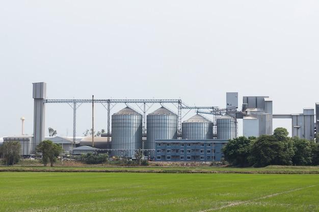 Usine d'aliments pour animaux et silos de stockage