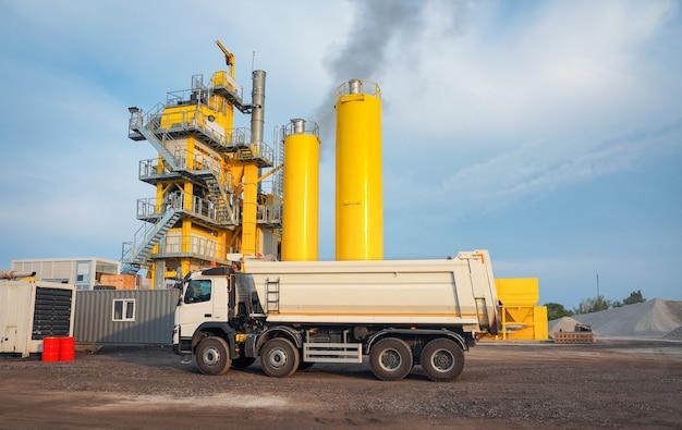 Usine d'asphalte. le mélange d'asphalte est utilisé pour la construction de routes, de trottoirs et de parkings.