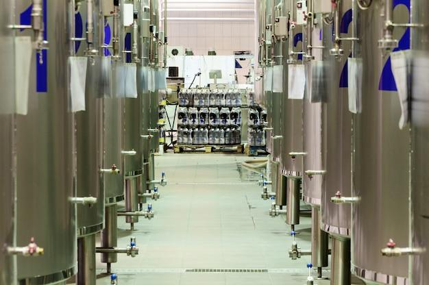 Usine de bière moderne. rangées de cuves en acier pour la fermentation et la maturation de la bière.