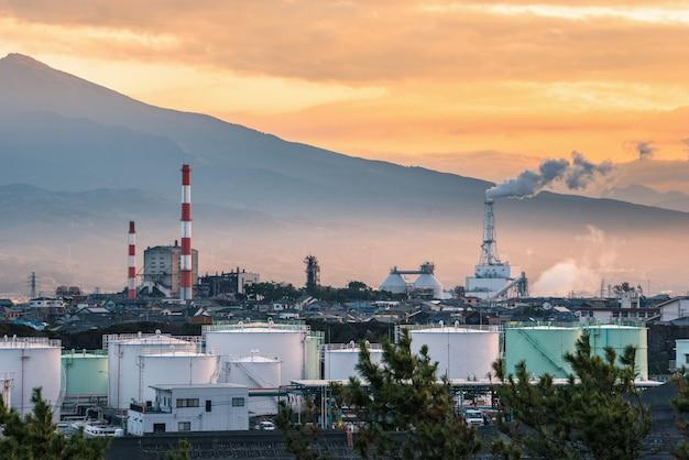 Usine dans la zone industrielle au coucher du soleil, préfecture de shizuoka, japon.