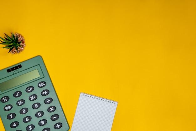 Usine domestique, bloc-notes et calculatrice