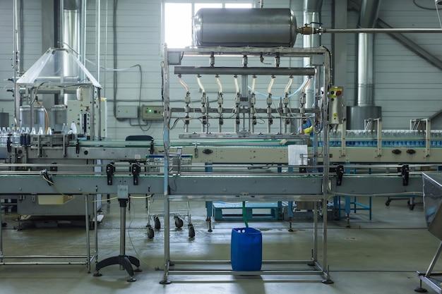 Usine d'eau - ligne d'embouteillage d'eau pour le traitement et la mise en bouteille d'eau de source pure en petites bouteilles.