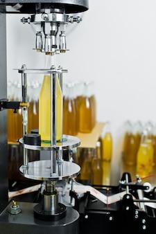 Usine d'embouteillage - ligne d'embouteillage de bière pour le traitement et l'embouteillage de la bière en bouteilles.