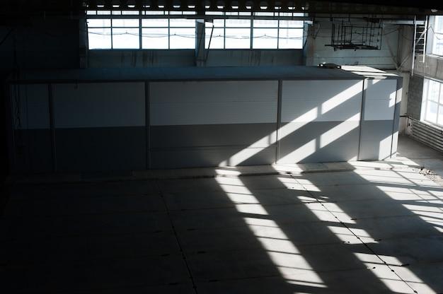 Usine de fabrication russe. bâtiment vide de hangar. fond bleu tonique.