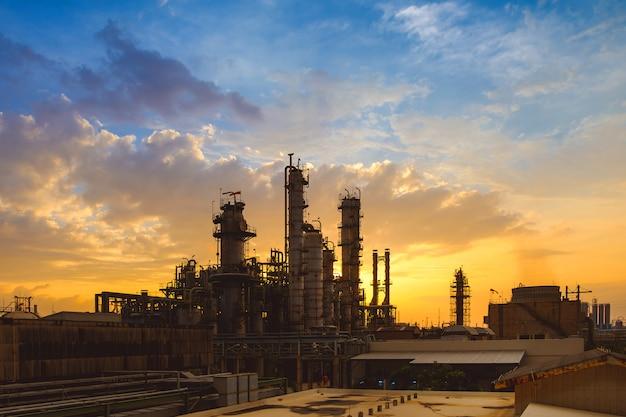 Usine de l'industrie pétrochimique au coucher du soleil