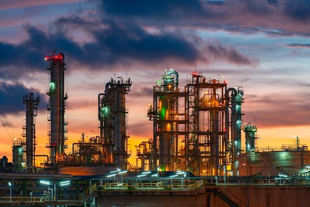 Usine industrielle au crépuscule