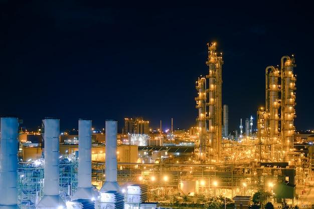 Usine industrielle pétrochimique de nuit