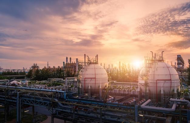 Usine industrielle de raffinerie de pétrole au coucher du soleil