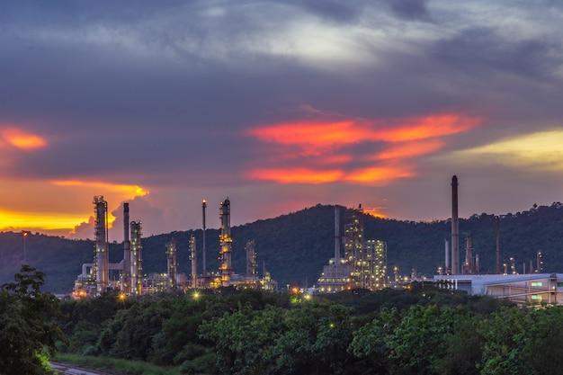 Usine industrielle avec twilight.