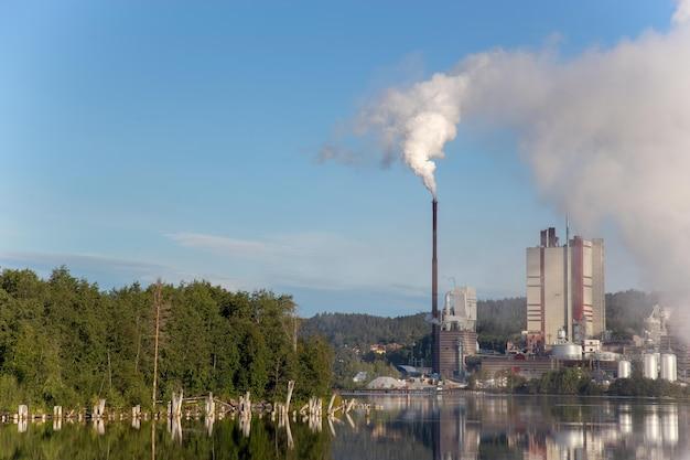L'usine libère de la fumée le matin.