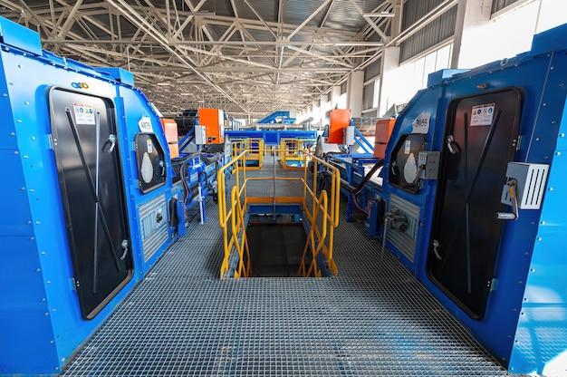 Une usine moderne de tri et de recyclage des ordures ménagères et des déchets. grand complexe industriel de convoyeurs, bunkers.