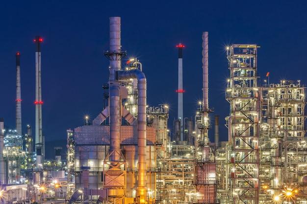 Usine pétrochimique, raffinerie de pétrole avec twilight.