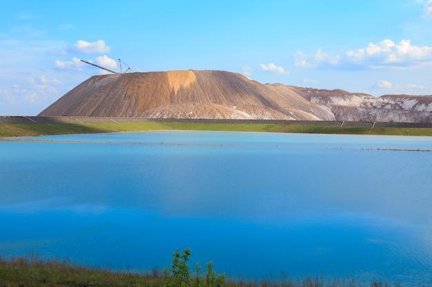 Usine de potasse des montagnes de soligorsk montagnes de potasse près du lac salé de la ville de soligorsk